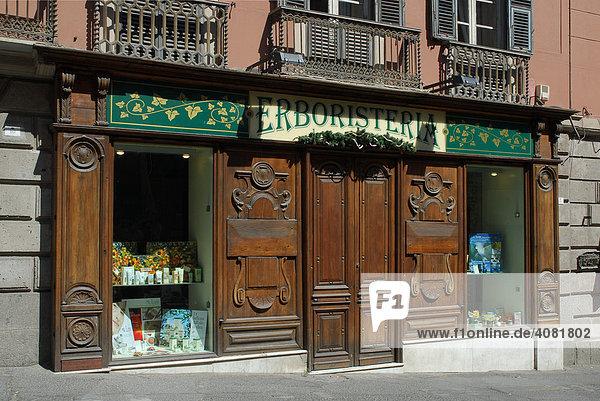 Mit Holz verkleidetes  altes Geschäftsportal  Cagliari  Sardinien  Italien