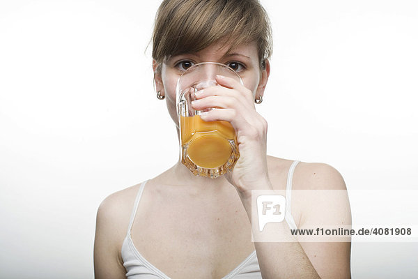 Junge Frau trinkt ein Glas Saft