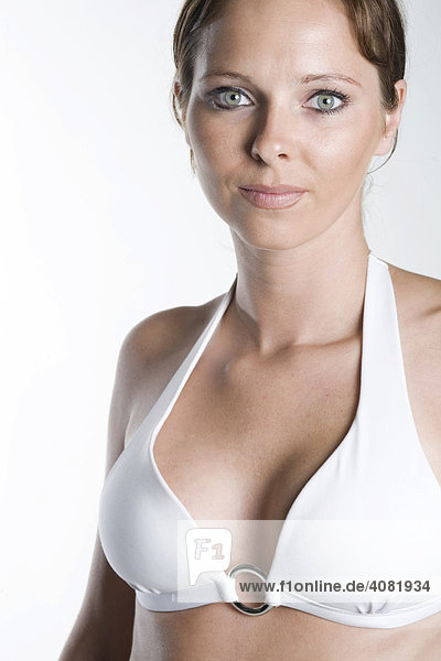 Frau mit weißem Bikini-Oberteil