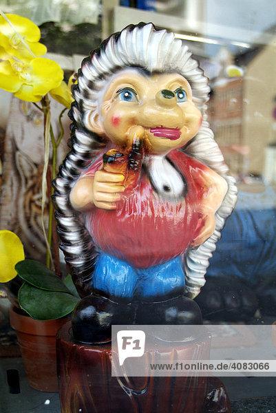 Ostdeutschland  DEU  Deutschland: Geschmacklose Schaufensterauslagen mit Gartenzwerg.