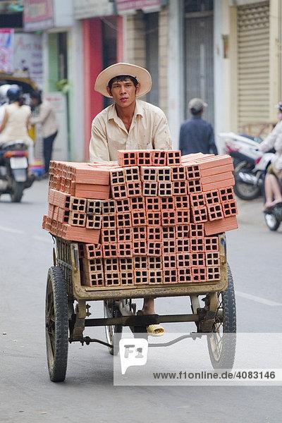 Ziegeltransport in Ho-Chi-Minh-Stadt (Saigon)  Vietnam  Asien