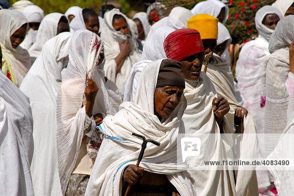 Äthiopisch orthodoxes Christentum Prozession der Gläubigen in weißen Umhängen um die Neue Kathedrale Axum Äthiopien