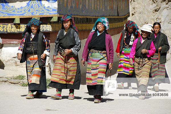 Tibetische Pilgerinnen in Tracht bei der Kora um den Kumbum Pelkor Chöde Kloster Gyantse Tibet China