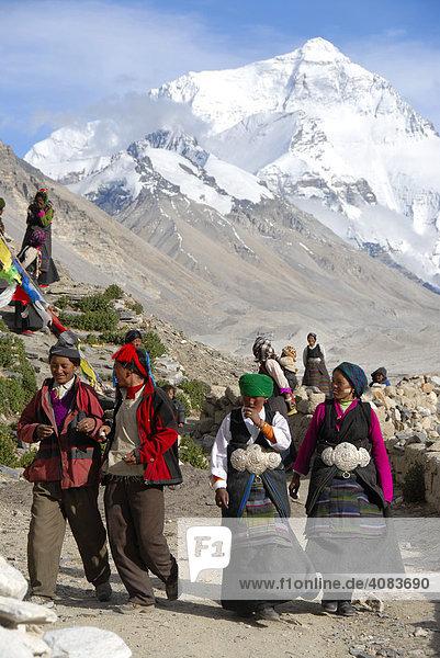 Tibetische Pilger in Tracht vor Mt. Everest am Kloster Rongbuk Tibet China