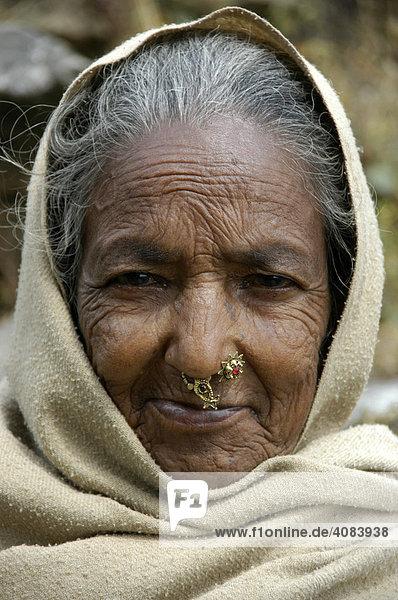 Portrait einer alten Frau mit Nasenring im Umhang bei Pokhara Nepal