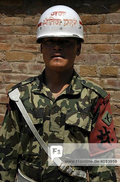 Wachpolizist im Königspalast Bhaktapur Nepal