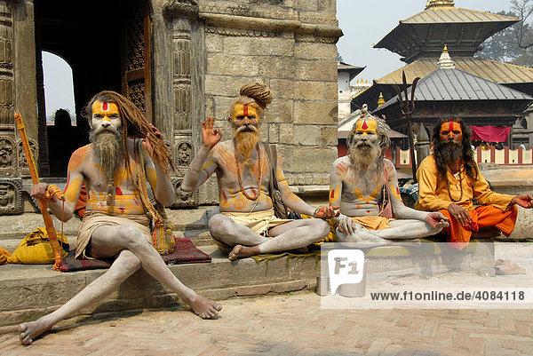Vier heilige Männer Sadhus segnen bunt angemalt Pashupatinath Kathmandu Nepal