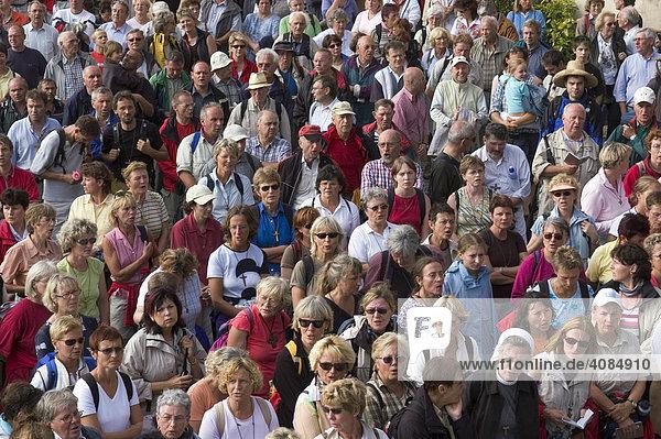 Kreuzberg in der Rhön Kreis Rhön-Grabfeld Unterfranken Bayern Deutschland alljährliche Wallfahrt der Würzburger vor der Wallfahrtskirche