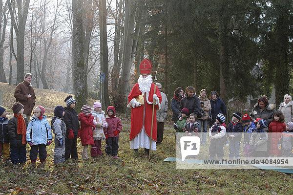 Nikolausbesuch bei einer Kindergartengruppe auf einer Waldlichtung