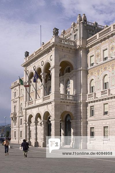 Triest Trieste Friaul Julisch-Venetien Italien Jugendstil Palast an der Piazza dell¥Unita d¥Italia dem Hauptplatz der Stadt