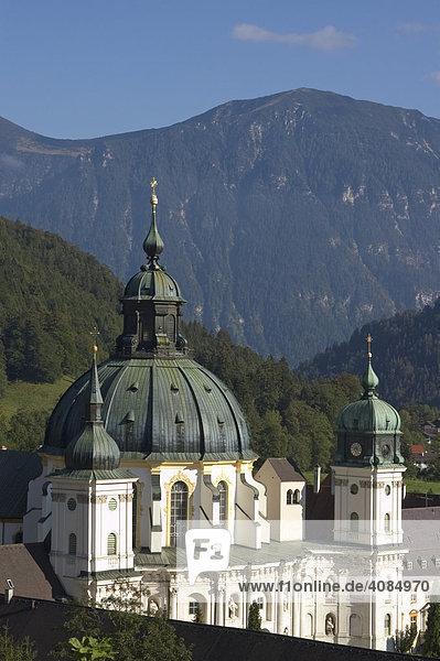 Ettal Kreis Garmisch-Partenkirchen Oberbayern Deutschland Benediktinerabtei gegründet 1330 durch Kaiser Ludwig d. Bayern Klosterbau von Enrico Zuccalli ab 1709 vor dem Estergebirge