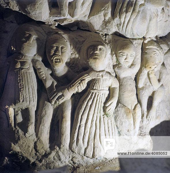 Deneze sons Doue Departement Maine Loire Frankreich Höhlenskulpturen 16. Jh. vermutlich von versteckten Religionsflüchtlingen geschaffen Nackte Menschen und Teufel mit Maske