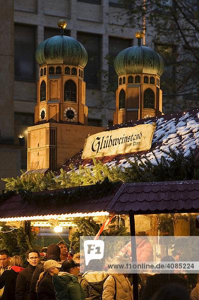 München Oberbayern Deutschland Christkindlmarkt in der Kaufingerstrasse am Marienplatz Bude mit den Türmen der Frauenkirche München Oberbayern Deutschland Christkindlmarkt in der Kaufingerstrasse am Marienplatz Bude mit den Türmen der Frauenkirche