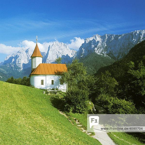 Antoniuskapelle im Kaisertal vor dem Wilden Kaiser mit dem Totenkirchl und der Kleinen Halt Tirol Österreich