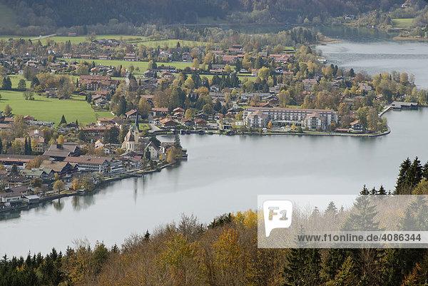 Blick vom Riederstein auf das Tegernseer Tal mit dem Tegernsee und Rottach egern Oberbayern Deutschland