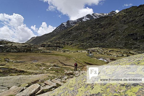 Gran Paradiso Nationalpark zwischen Piemont und Aostatal Italien Grajische Alpen Wanderer auf der Hochebene dem Plan di Nivolet alter Verbindungsweg zum Val Salvaranche