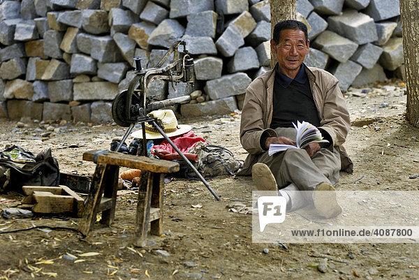 Tibeter mit archaischer Nähmaschine  Samye bei Lhasa  Tibet  Asien
