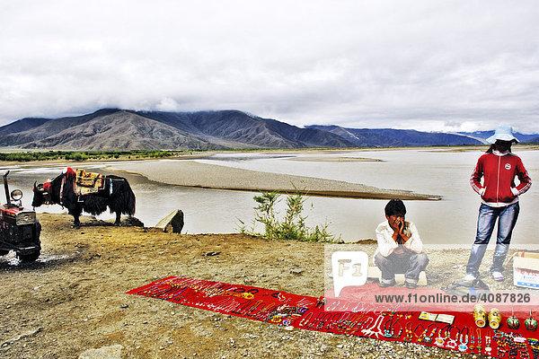 Tibetans sell souvenirs  Brahmaputra near Lhasa  Tibet  Asia