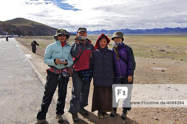 Chinesische Touristen mit Tibeterin am (Namtso) See  höchster See der Welt  4718m  Nam-Tsho-See  Tibet