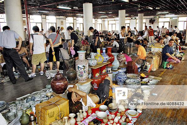 In der Altstadt Shanghai  Fangbang Zhonglu Antikmarkt  Shanghai  China  Asien