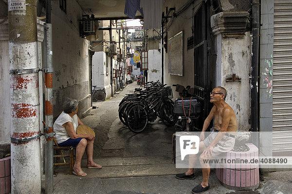 In der Altstadt  Straßenszene  altes Ehepaar  Shanghai  China  Asien