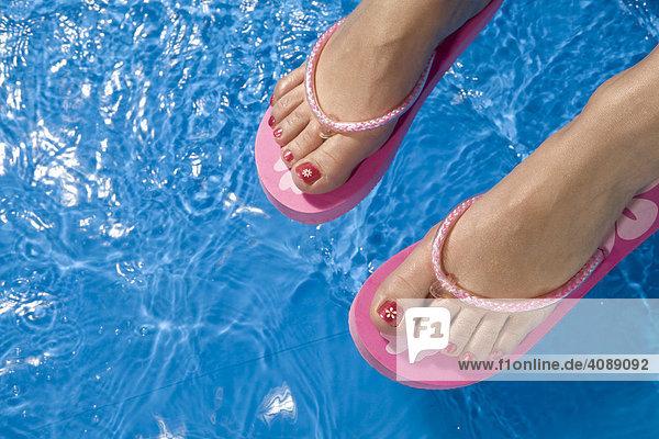Füße mit Flip-Flops  Plantschbecken