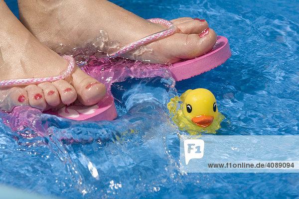 Füße mit Flip-Flops  Plantschbecken  Badeente