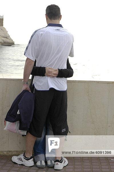 Junges Paar umarmt sich  Benidorm  Costa Blanca  Spanien