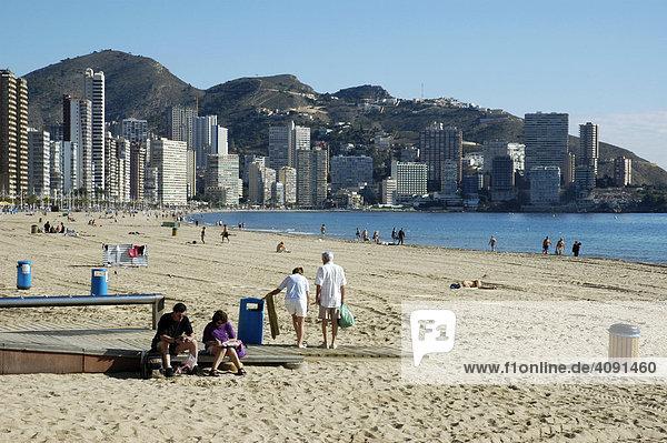 Urlauber am Strand  Playa de Levante  Benidorm  Costa Blanca  Spanien