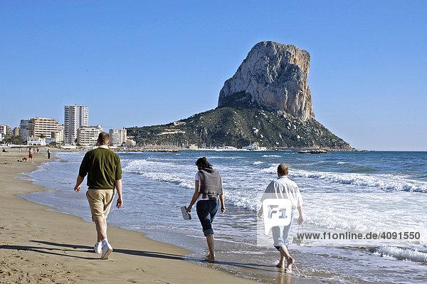 Touristen am Strand von Calpe  Penon de Ifach  Costa Blanca  Spanien