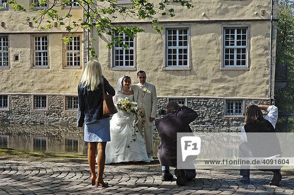 Zwei Fotografen fotografieren Hochzeitspaar  Hochzeit  Paar  Heirat  Wasserschloss Struenkede  Herne  NRW  Nordrhein Westfalen  Ruhrgebiet  Deutschland