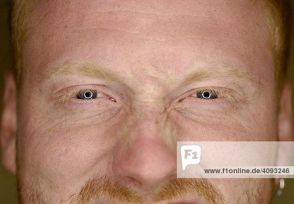 Gesicht eines Jungen rothaarigen Mannes
