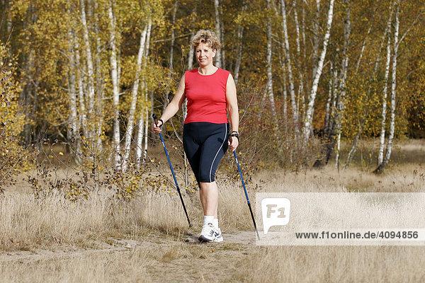 Frau beim Nordic walking  MR