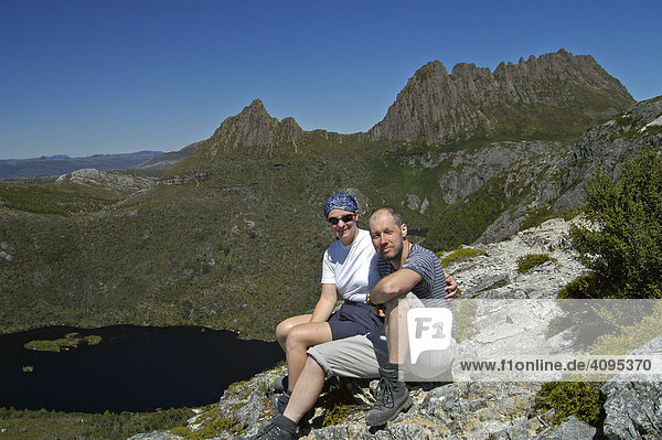 Hikers resting at Marions Lookout in front of Dove Lake and Cradle Mountain Overland Track in Cradle Mountain Lake St Clair Nationalpark Tasmania Australia