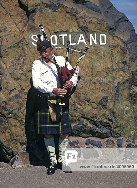 Dudelsackspieler an der schottischen Grenze  Carter Bar  Schottland  Großbritannien