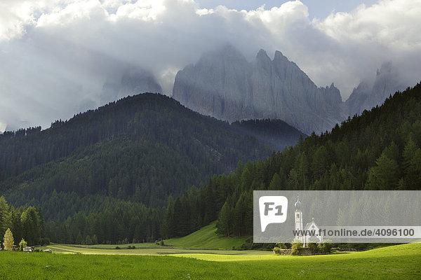 Kirche St. Johann in Ranui mit Geisler Gruppe  Villnößtal  Südtirol  Italien