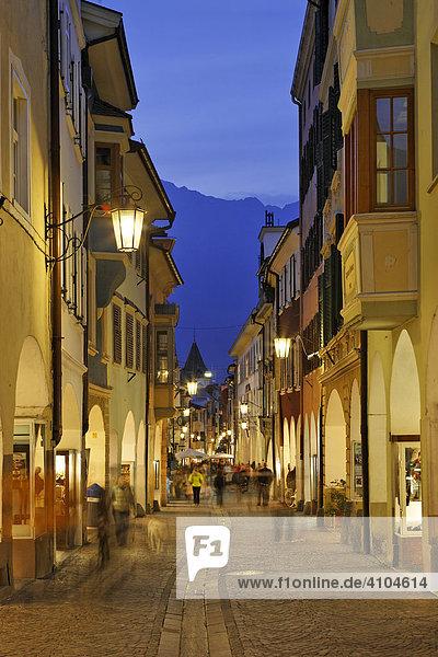 Laubengasse am Abend  Meran  Südtirol  Italien
