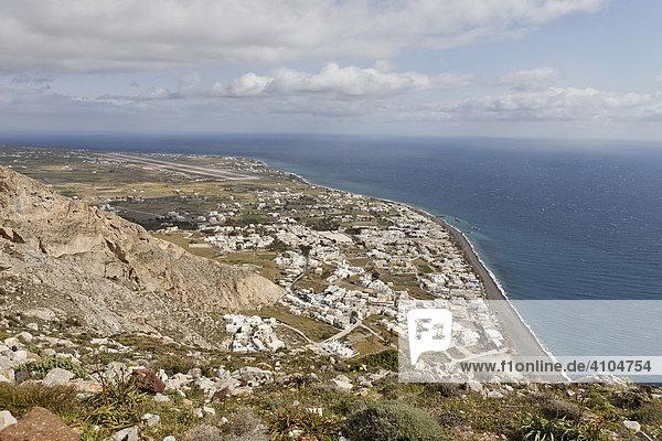 Blick auf den Badeort Kamari vom Ruinenfeld auf dem Messa Vouno  Alt Thira  Santorin  Griechenland