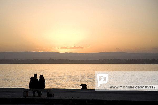 Silhouette eines Paares im Hafen von Syrakus  Sizilien  Italien