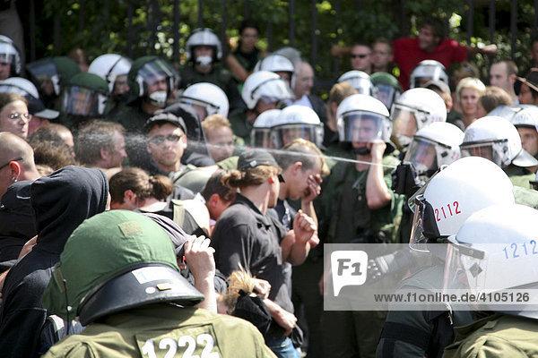 Polizisten setzen Pfefferspray zur Räumung einer Blockade gegen einen Neonaziaufmarsch ein  Berlin  Deutschland  Europa