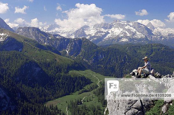 Frau auf dem Gipfel des Jenner  Nationalpark Berchtesgaden  Bayern  Deutschland  Europa