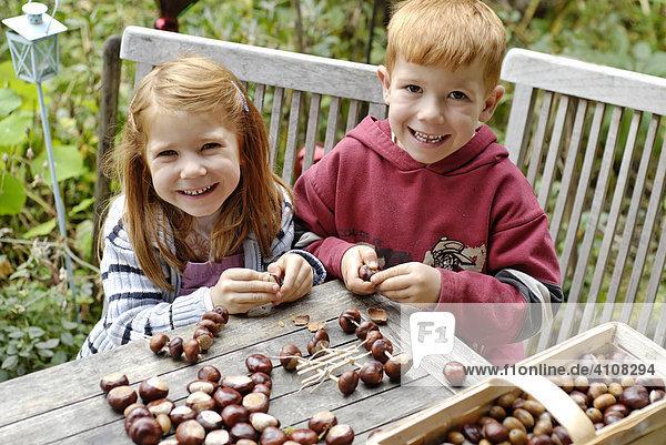 Kinder basteln im Herbst Kastanienmännchen