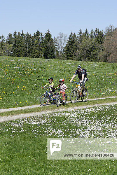 Familie bei einer Radtour bei Königsdorf  Oberbayern  Bayern  Deutschland  Europa