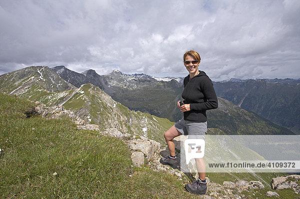Frau am Gipfel des Stern  Hohe Tauern  Kärnten  Österreich