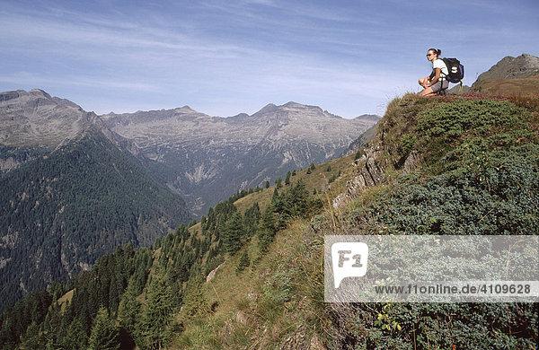 Frau beim Wandern am Bartlmann  Hohe Tauern  Kärnten  Österreich