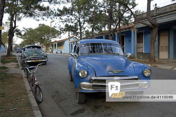 Oldtimer blau fährt in Vinales  Kuba  Karibik