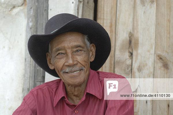Alter Mann mit Hut lacht in Cienfuegos  Kuba