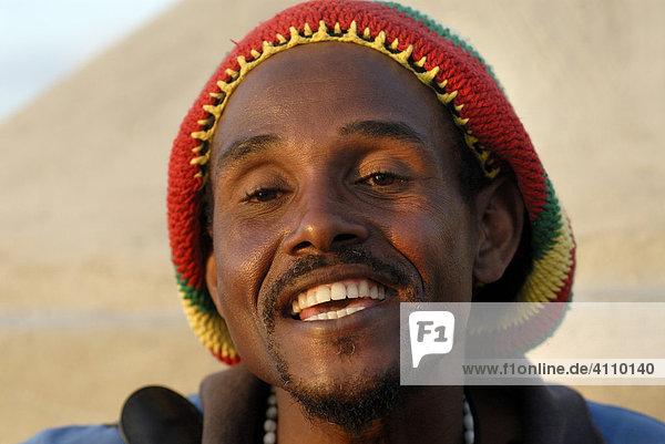 Mann singt am Malecon  mit Mütze  Hut  Jamaica  Havanna  Kuba