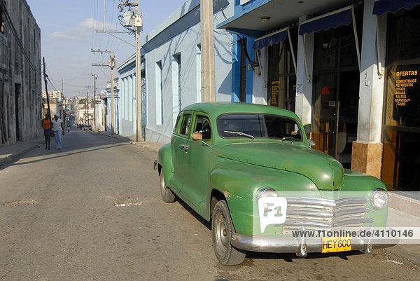 Oldtimer  grün  geparkt in einer Straße in Cienfuegos  Kuba