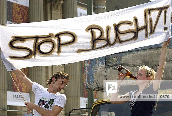 Junges Paar demonstriert gemeinsam gegen George W. Bush  Berlin  Deutschland  Europa